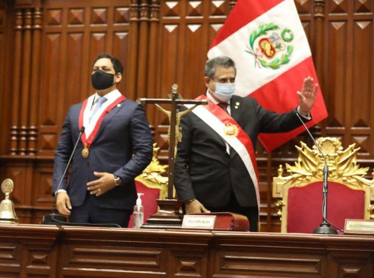El jefe parlamentario Manuel Merino asume como presidente de Perú