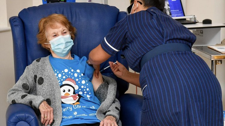 Una mujer de 90 años es la primera persona del mundo en recibir la vacuna de Pfizer