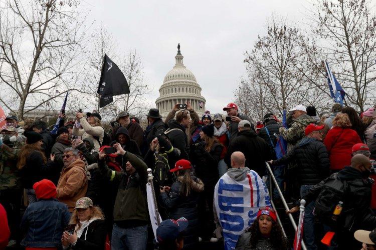 Turba asalta el Capitolio de EEUU y Trump es acusado de intento de 'golpe'