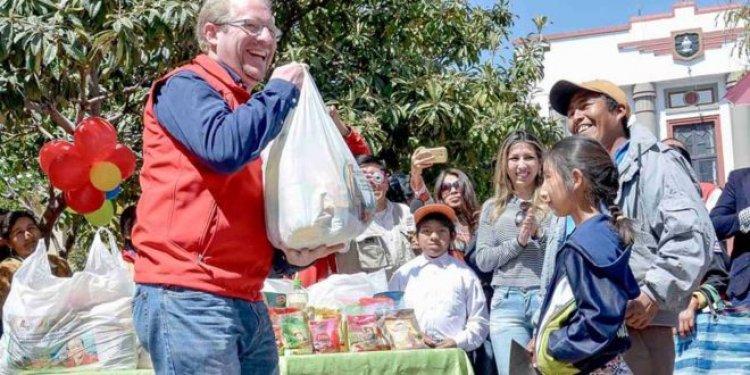 Personas con discapacidad reciben el paquete alimentario con productos faltantes