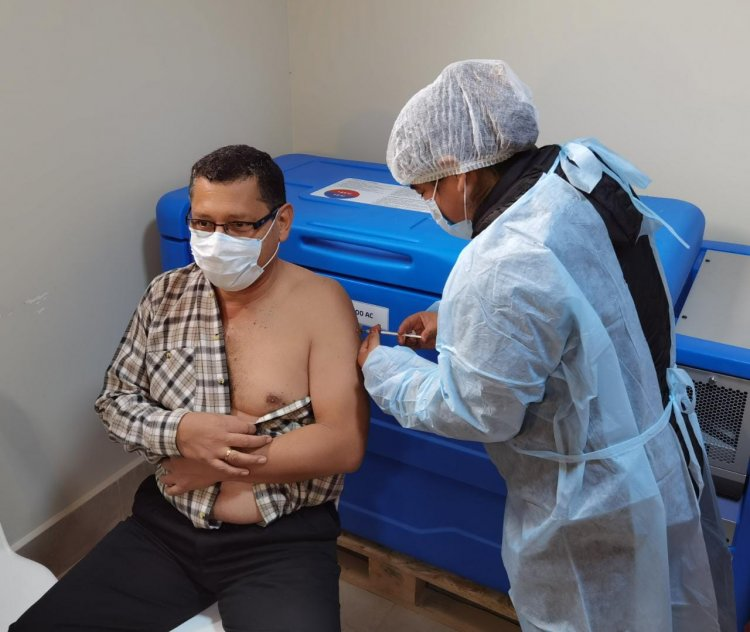Montes recibe dosis contra el Covid-19 y anuncia más vacunas para Tarija