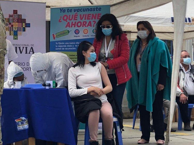 Inicia la vacunación contra la covid-19 a periodistas y trabajadores de la prensa en La Paz.