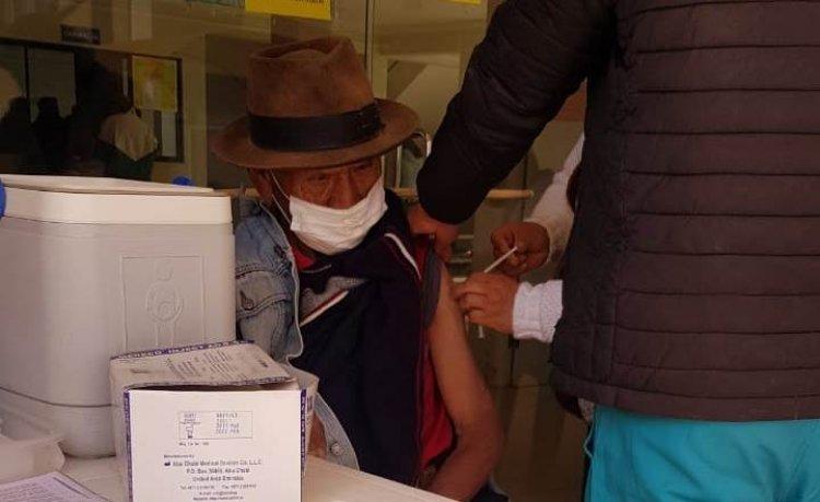 Inició la vacunación a mayores de 50 años en Villa Charcas y la población no acude a los centros de salud