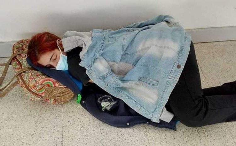 La imagen de la joven que murió por Covid y que esperó cama en un hospital recostada en el piso