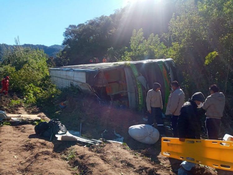 Una flota se embarranca en la carretera Bermejo-Tarija y hay dos fallecidos