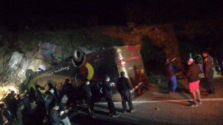 Un bus se vuelca en el camino a Yamparáez, reportan un muerto y 6 heridos
