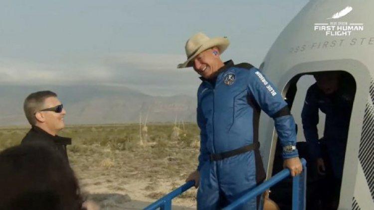 Jeff Bezos vuelve a tierra tras alcanzar el espacio en el cohete de Blue Origin