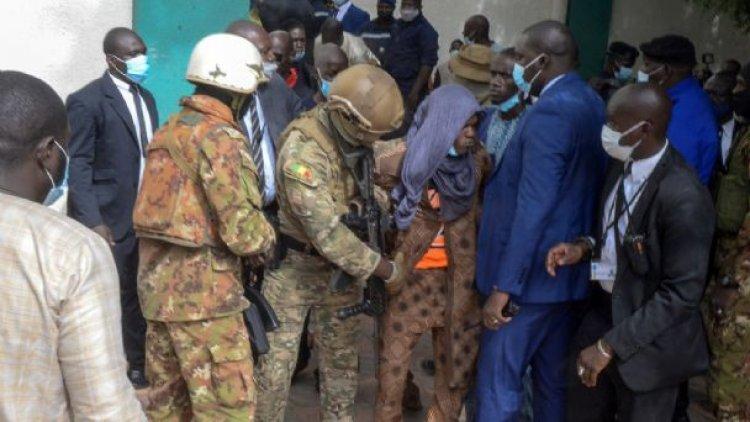 Ataque frustrado contra presidente interino de Mali cuando rezaba en mezquita