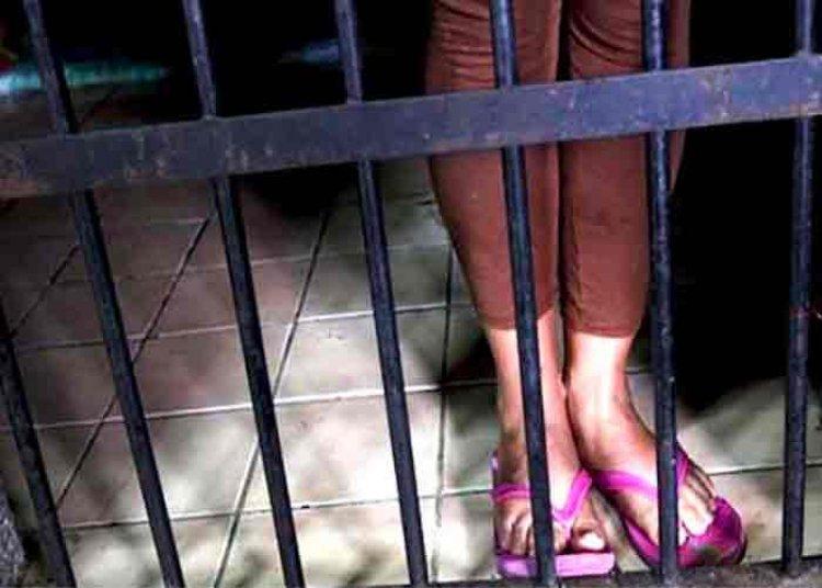 Madre investigada por envenenar a sus hijos fue enviada a la cárcel con detención preventiva