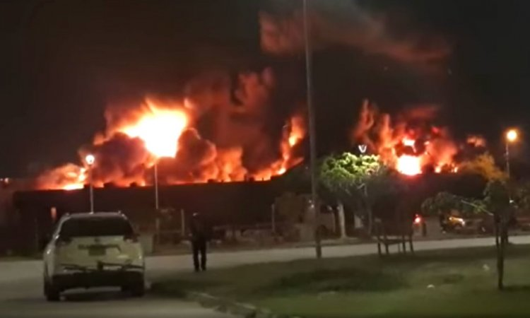 Incendio de magnitud consume fábrica de colchones en el Parque Industrial
